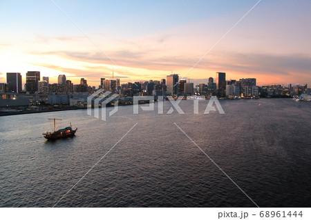 レインボーブリッジから見た東京湾の景色 68961444
