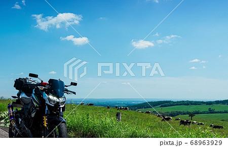 牧場の中のツーリングバイク(北海道 上士幌町) 68963929