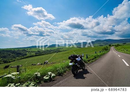 高原の牧場と停車中のツーリングバイク(北海道 上士幌町) 68964783