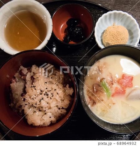 日本食の定食ランチ(お赤飯と白みその味噌汁) 68964932