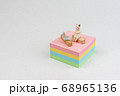 付箋の上でテレワークをするミニ猫 68965136