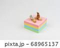 付箋の上でテレワークするミニトラ猫 68965137