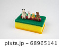 スポンジの上で会話するミニ猫家族 68965141