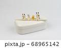 お弁当箱の上でくつろぐミニ猫家族 68965142