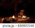 キャンプイメージ 直火での焚き火 68965546
