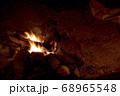 キャンプイメージ 直火での焚き火 68965548