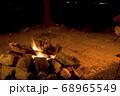 キャンプイメージ 直火での焚き火 68965549