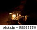 キャンプイメージ ランタン照明とキャンプギア 68965550
