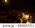 キャンプイメージ ランタン照明とキャンプギア 68965551