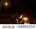 キャンプイメージ ランタン照明とキャンプギア 68965553