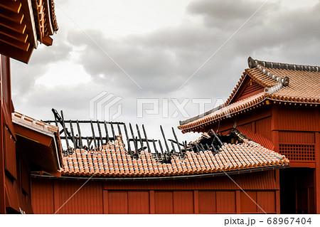 火災後の首里城屋根風景 68967404