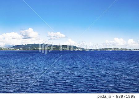 フェリーから見た瀬底島と沖縄本島 68971998