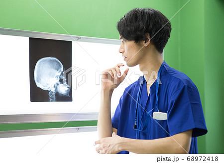レントゲン写真を見て考える医療従事者 68972418