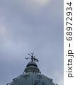 曇り空と洋風レトロな風見鶏 引き 68972934