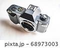 埃のついた古いフィルムカメラ 68973003