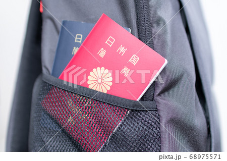 日本のパスポートをバックに入れて海外旅行に行く様子 旅行のイメージ 68975571
