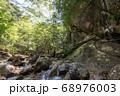 山梨県北杜市の日本百名山の瑞牆山の不動沢と登山者 68976003