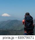 神奈川愛甲郡の丹沢エリアにある塔ノ岳のヤビツ峠ルートから観える富士山と登山者 68979071