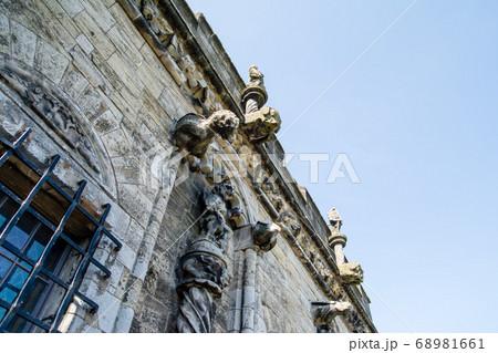 エジンバラ郊外のスターリング城の様々な石の彫刻がついた建物 68981661
