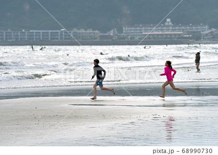 海に向かって走っていく外国人の子供たち 68990730