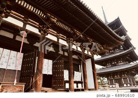 奈良・興福寺 東金堂ごしに五重塔 68991610