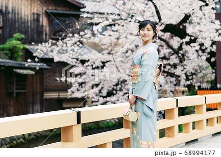 着物の女性 和服 桜 68994177