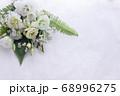 数種類の白い花や葉のフラワーアレンジメント 68996275