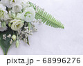 数種類の白い花や葉のフラワーアレンジメント 68996276