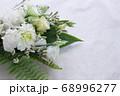 数種類の白い花や葉のフラワーアレンジメント 68996277