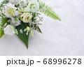 数種類の白い花や葉のフラワーアレンジメント 68996278