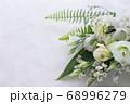 数種類の白い花や葉のフラワーアレンジメント 68996279