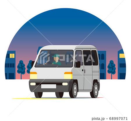 夜の街を走る軽ワゴン、ワンボックス、運送、配送、運送 68997071