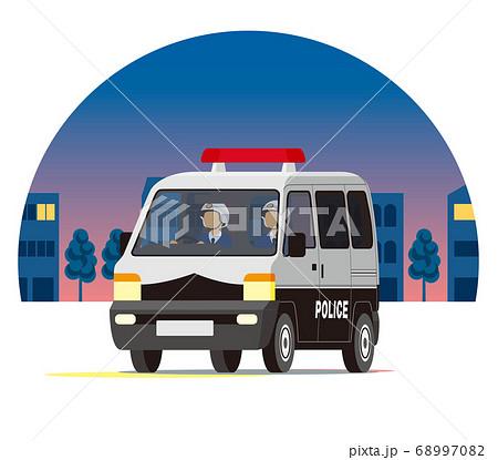 夜の街を走るパトカー、軽ワゴン、ワンボックス、パトカー、警察、パトロール 68997082