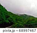 雲に包まれた山の中の景色 峡谷「宮妻峡」 68997467