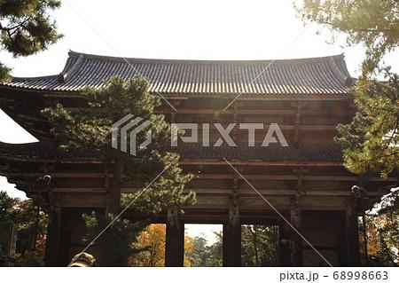 日本で最大の山門である東大寺南大門 68998663