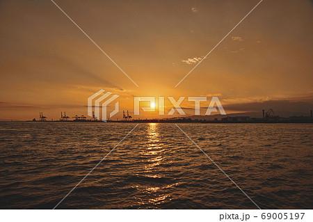大阪港の夕陽 69005197