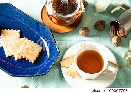 クッキーと紅茶でティータイム 爽やか&森のイメージ 69007763
