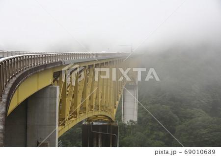 清里高原道路 霧の八ヶ岳高原大橋 69010689