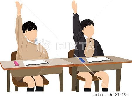 授業で椅子に座り手を挙げる小学生 69012190