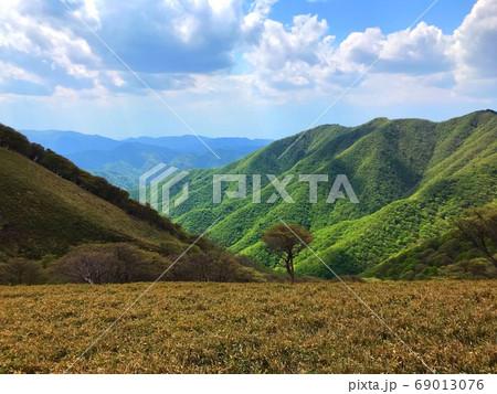 竜が岳頂上 日差しがさす登頂の風景 69013076