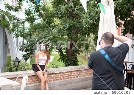 マスクを着用した外国人女性の屋外モデル撮影 69016205