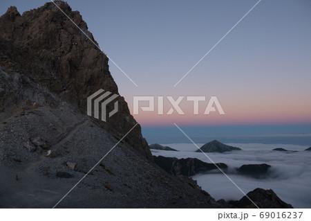 夕暮れ時の空のグラデーションと眼下に広がる雲海と槍ヶ岳 69016237