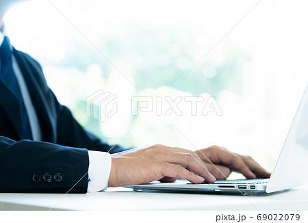 オンラインコミュニケーションをする男性の手元 69022079