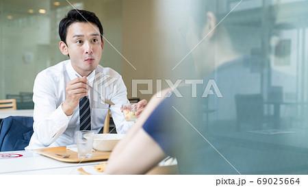 対面で食事する人々 飲食店の感染対策 69025664