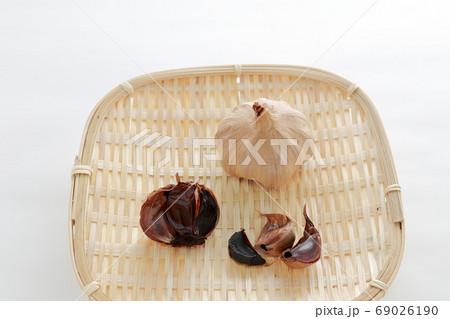 栄養満点な健康食品(黒ニンニク、竹かご) 69026190
