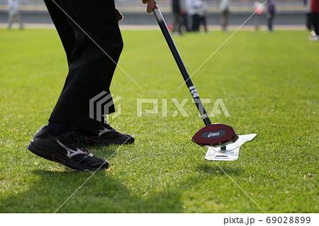 グランドゴルフで選手がボールを打つ瞬間 69028899