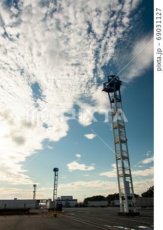 早朝の青空と面白い形の雲と監視塔 69031127