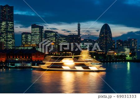 夕暮れの横浜のイルミネーションと船 69031333
