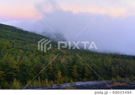 富士山小富士から霜降りる紅葉始めの森と雲 69035494