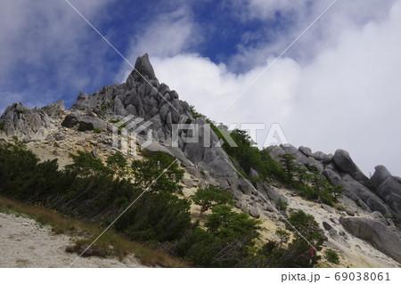 空と雲のかかる鳳凰山地蔵岳 オベリスク 69038061